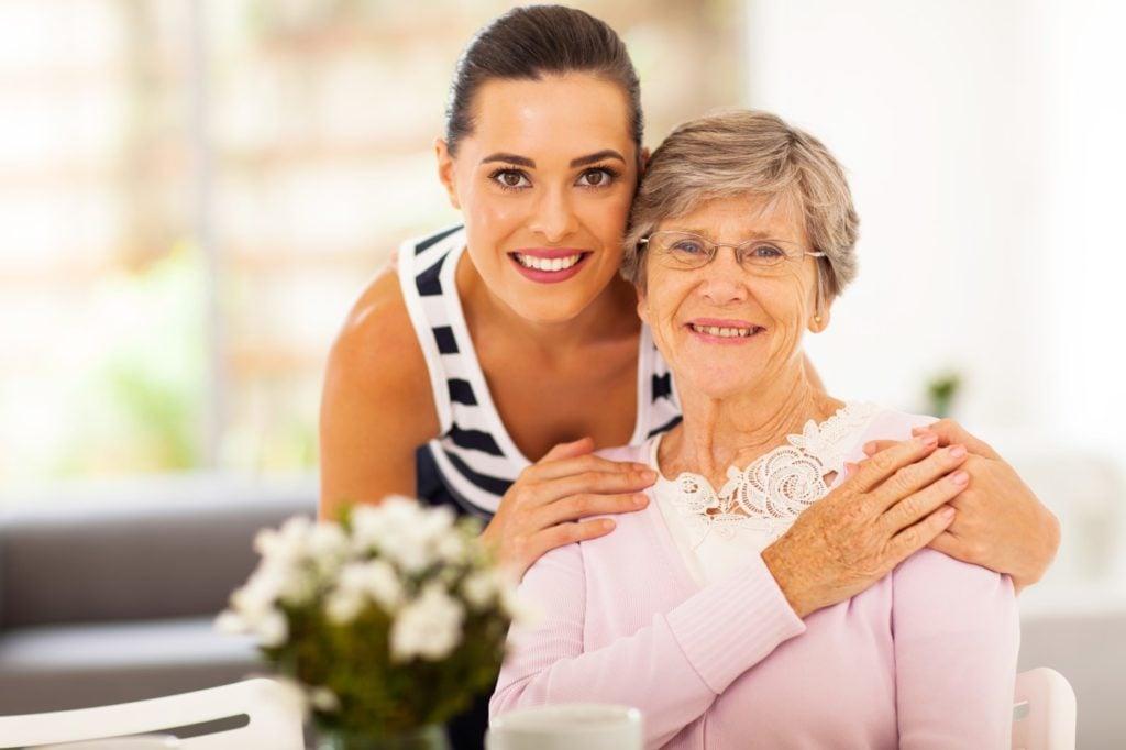 Ældre mor sammen med sin voksne datter