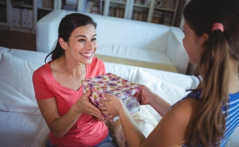 Mor der får en gave af sin datter på mors dag