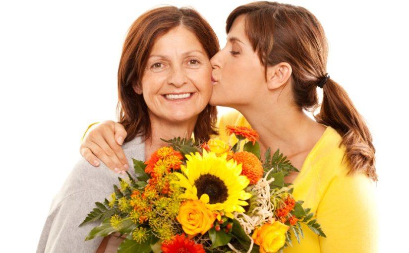 Mor der modtager blomster af sin datter