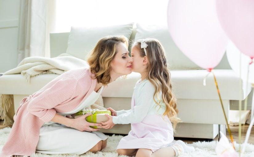 Lille pige der giver sin mor en gave