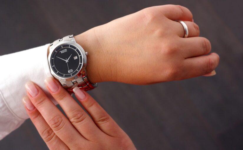 Kvinde med armbåndsur på